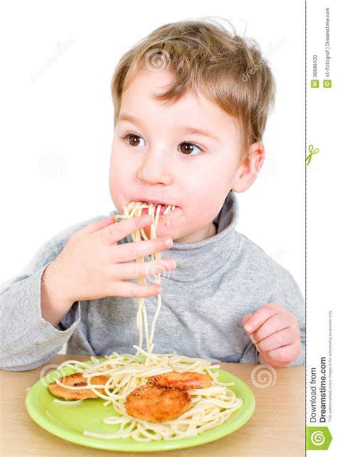 l enfant en bas 226 ge mange des p 226 tes photo stock image 36686100
