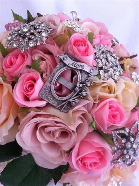 Pasakainās sapņu kāzas: Mākslīgo ziedu un brošu pušķu idejas