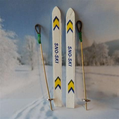 ski mit skistoecken miniatur gutschein winterurlaub deko