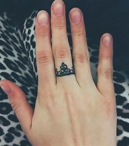 Tatouage De Femme : photo tatouage femme une couronne sur le doigt ~ Melissatoandfro.com Idées de Décoration