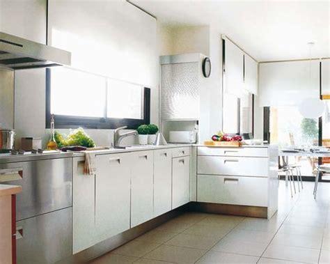 una cocina luminosa en blanco  acero