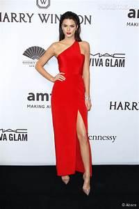 Kendall jenner femme fatale en robe rouge fendue pour le for Kylie jenner robe