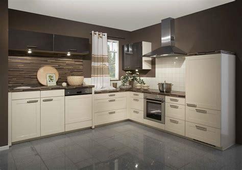 cream kitchen cabinets  grey walls kuchnia gloss