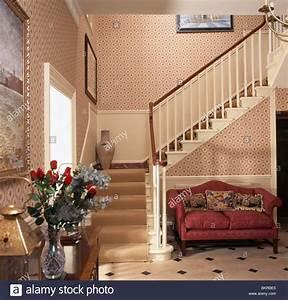 Teppich Unter Sofa : interiors country halls carpet stockfotos interiors country halls carpet bilder alamy ~ Markanthonyermac.com Haus und Dekorationen