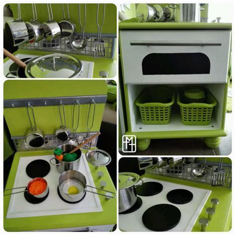 fabriquer cuisine en bois jouet diy fabriquer une cuisine pour enfant avec deux tables
