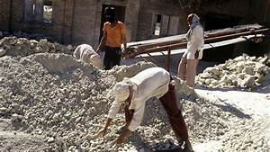 BBC News - In Pictures: Asbestos mining in India