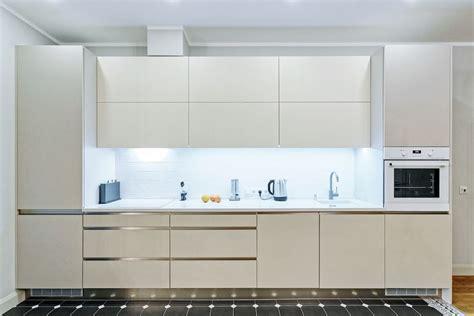 virtuve_ar_iefrezetiem_rokturiem | White kitchen furniture ...
