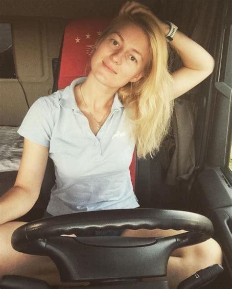 Donne In Minigonna Al Volante Autista 232 Scesa Dalle Passerelle Dove Si Diventa