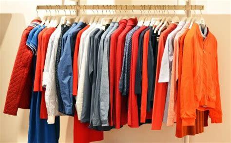 Apģērbu zīmoliem pilnas noliktavas ar produkciju. Kā to ...