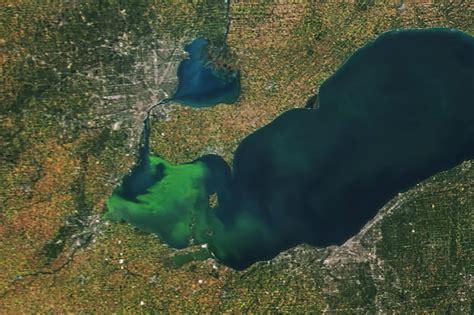 lake erie covered  algae blooms
