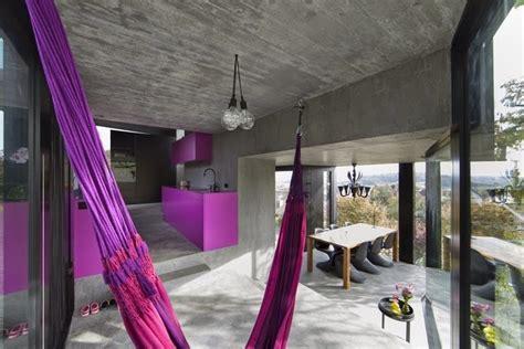 interior rumah unik warna ungu rancangan desain rumah