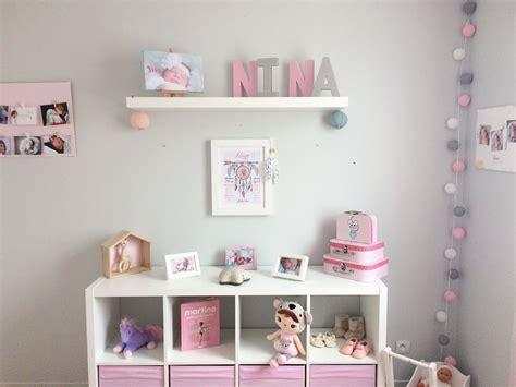 babykamer decoratie met lampen mobiel en roze