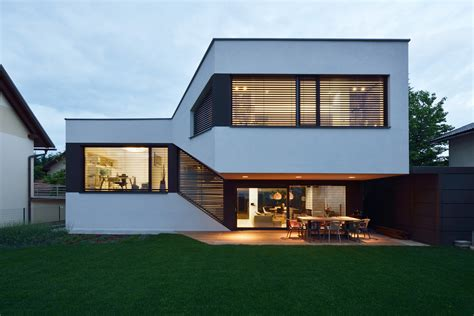 Split Level Haus by A Split Level House With A Landscaped Continuous Living