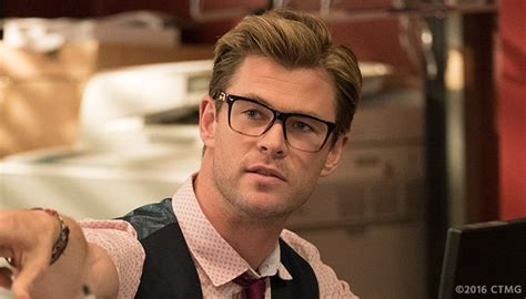 chris hemsworth goes full geek in first 39 ghostbusters