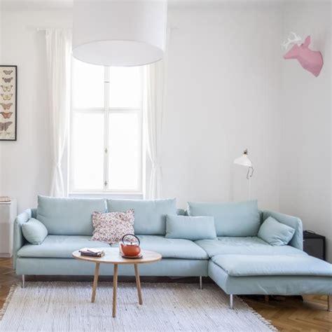 hellblaues sofa  wohnzimmer einer  zimmerwohnung