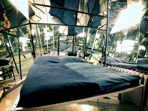 miroir plafond chambre le propeller island city lodge un hôtel arty à berlin