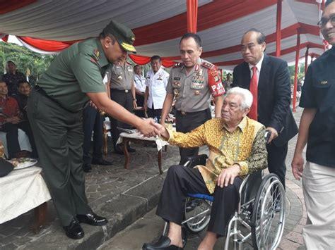 bapak satpam indonesia hadiri upacara gunakan kursi roda
