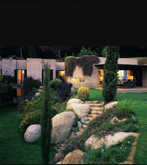 giardino in discesa giardino discesa scalinata sassi piante basse home