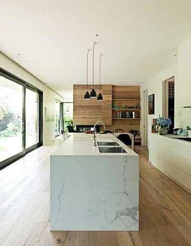 cuisine teck déco cuisine avec îlot central en marbre et parquet teck