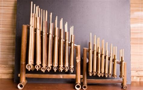 Kemudian sekitar tahun 1968, muhamad burhan di cirebon membentuk grup musik yang bertekad untuk sepenuhnya memainkan alat musik bambu. √ 15+ ALAT MUSIK DAERAH dan Asalnya + Gambar LENGKAP