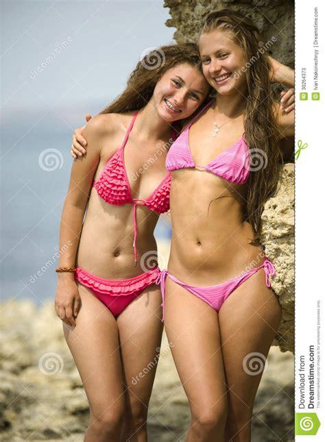 Twee meisjes in bikinis stock afbeelding. Afbeelding