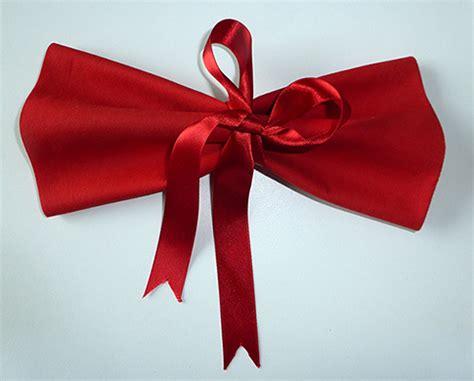 pliage serviette noeud papillon pliage de serviette de table en forme de noeud papillon r 233 aliser un noeud papillon avec une