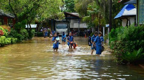 ฝนตกหนัก น้ำป่าทะลักจากดอย ท่วม ร.ร.แม่สาย ขนย้ายของอุตลุด
