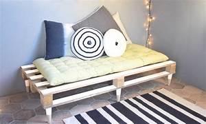 Coussin Banquette Palette : diy fabriquez une banquette en palette meuble en palette petit budget ~ Teatrodelosmanantiales.com Idées de Décoration