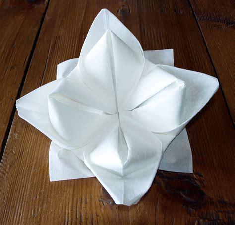 pliage de serviette de table en forme de lotus r 233 aliser lotus avec une serviette en papier l