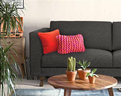 coussin sur canapé gris personnaliser un canapé gris foncé avec des coussins