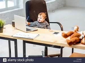 Stuhl Mit Tisch : baby boss sitzen auf dem stuhl am tisch mit laptop und unterlagen im b ro stockfoto bild ~ Eleganceandgraceweddings.com Haus und Dekorationen