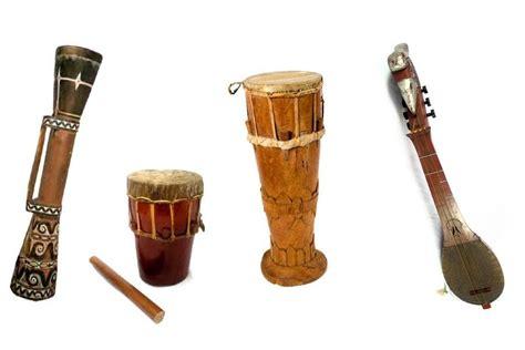 Alat musik ini tergolong musik aerofon yang mengeluarkan suara melalui udara dengan tangan kanan menekan tuts dan kiri memainkan melodi. Alat Musik Hadroh Berasal Dari - BLENDER KITA