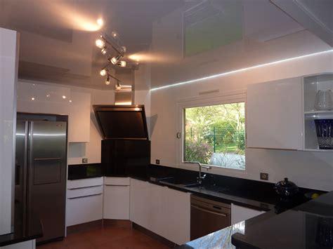 eclairage de cuisine plafond de cuisine avec toile tendue blanche brillante et