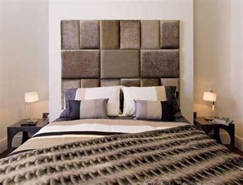 peindre canapé en tissu des carreaux de cuir pour faire une tête de lit originale