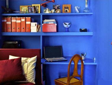 espace bureau dans salon salon coin bureau etagere et mur bleu vif accessoires orange