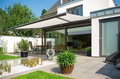 Moderne Häuser Mit überdachter Terrasse by Stores Pour Terrasses Et Balcons Markilux