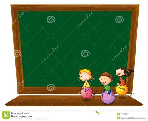 weiße tafel mit a eine leere tafel mit drei spielerischen kindern lizenzfreies stockfoto bild 32733265