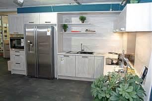 küche nobilia nobilia musterküche l küche mit side by side kühlschrank in moderner holzoptik