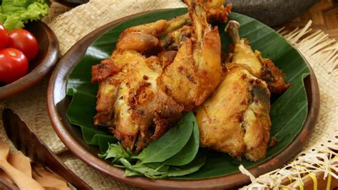Beberapa resep ayam goreng yang lezat dan bagaimana cara membuatnya dengan mudah sehingga kamu bisa mempraktikannya di rumah sendiri. Resep Praktis Ayam Goreng Bumbu Kuning Enak Banget ...