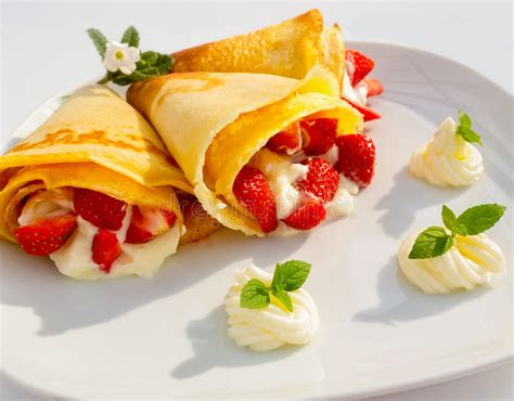 dessert avec des fruits un plat de dessert avec des cr 234 pes des fruits de fraise la cr 232 me fouett 233 e et la menthe photo