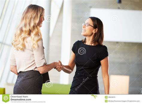 l amour dans le bureau deux femmes d affaires se serrant la dans le bureau moderne photo stock image 28523810