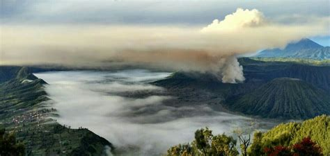 rakyat jawa timur jawa gunung bromo gunung bromo mengeluarkan asap tebal mimbar rakyat