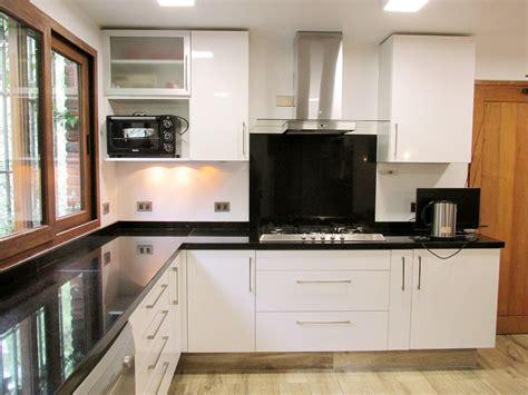 muebles de cocina blanco brillante  cubierta de granito
