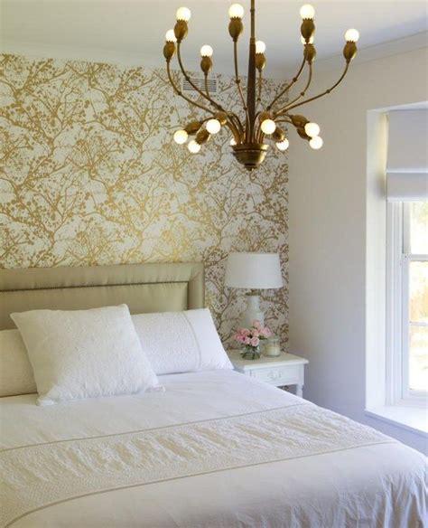 Goldene Tapete Schlafzimmer tapete schlafzimmer goldene farbspritzer kronleuchter