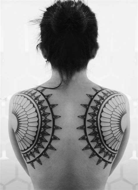 tattoo schulterblatt  einzigartige tattoo motive fuer