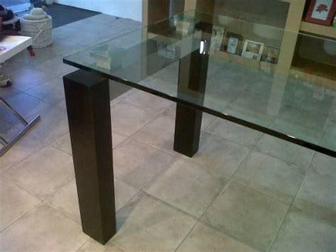 mesa de comedor de vidrio  patas de madera acero