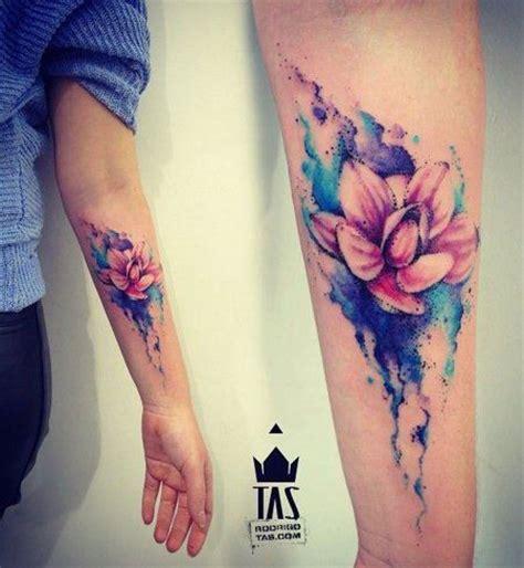 top tatouage de femme tatouage fleur de lotus aquarelle