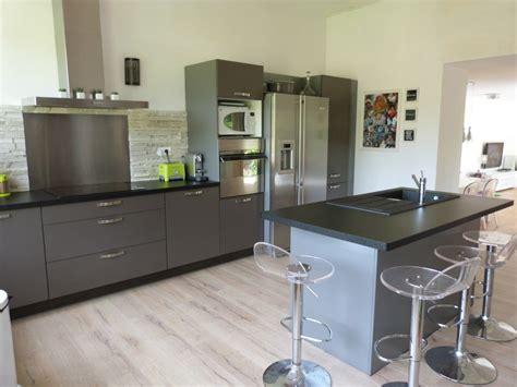 plan de travail cuisine gris clair cuisine grise avec plan de travail noir cuisine gris
