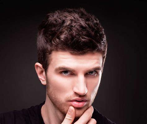 taglio capelli ricci uomo   idee  facili da