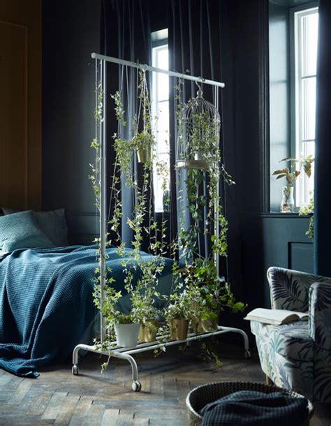 ein gruener raumteiler als hingucker fuer dein schlafzimmer
